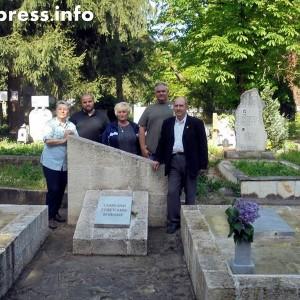 В Плевен почистиха паметника на четиримата руски летци