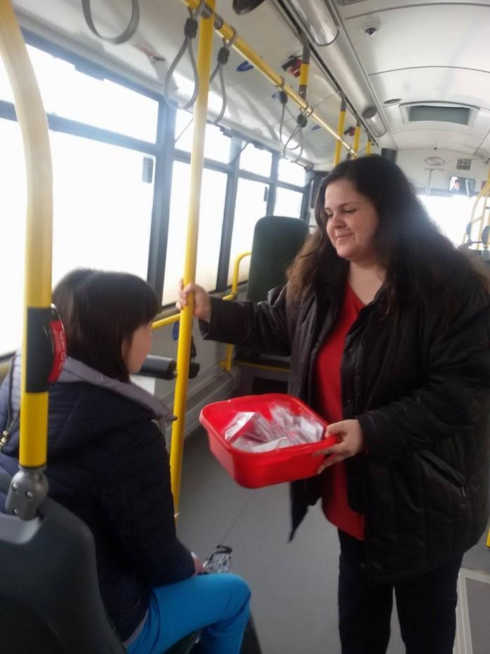 Млади социалисти закичиха мартеници на старозагорци в градския транспорт