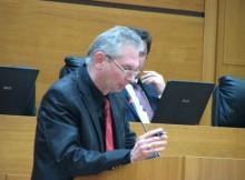 Проф. Красимир Мурджев сяда на червения стол в Пловдив