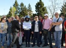 Полиция и частни охранители свалят шапка на БСП и плакат за Бойко на протеста в Димово