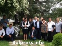 Корнелия Нинова и ръководството на БСП се поклониха на паметника на Тодор Живков в Правец
