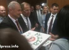 Сергей Лавров почерпи журналистите в Женева с пица и водка