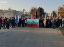 Крути мерки: Военни от Втора механизирана бригада блокираха лагера в Харманли, хора с трибагреници се стичат към портала