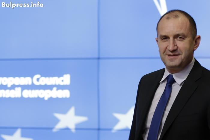 """Новият български президент бе избран на вълната на недоволството. След десет години членство в ЕС страната му е все още най-бедната в Европейския съюз и е считана за най-корумпираната. В рамките на международната общност съществуват опасения, че президентският мандат на Румен Радев може да означава сближаване с Русия, но държавният глава казва, че това не означава отдалечаване от ЕС. Това потвърди той и в интервюто за програмата The Global Conversation на """"Евронюз"""", взето в президентството в София.  Изабел Кюмар, """"Евронюз"""":  Защо България не може да предприеме необходимите действия след всичките тези години? Румен Радев:  Мисля, че трябва да има обективен поглед към проблемите на България и да видим, че те са част от проблемите на самия Съюз.  Разбира се, редица трудности са у самите нас, а именно бедността, усещането за липса на справедливост, демографската криза, която е огромна в България... Преодоляването на тези проблеми изисква да се предприемат енергични действия от тези, които са на власт.  България е буквално връхлетяна от корупция. Наскоро Съюзът призова страната да се бори приоритетно срещу това явление, а според последния индекс на възприятие на корупцията, представен от Transparency International, битката с корупцията в България е на най-ниско ниво в Евросъюза. Какво ви кара да мислите, че ще успеете там, където вашите предшественици са се провалили?  Вярно е, има корупция в България, но не бих казал, че България е най-корумпираната страна в Съюза. Страната ни вече направи усилия за борба срещу този бич, но аз съм сигурен, че трябва да ги увеличим. Ние трябва да обединим усилията на институциите, политическите партии, гражданското общество и на цялата страна, за да се преборим с корупцията и престъпността.  Това, което спира тези усилия, е включително политическата нестабилност в България. Страната ви е на път да има трето правителство за четири години. Изборите са в края на март. Как може да се справите с тези основни предизвикателства, като са разклат"""