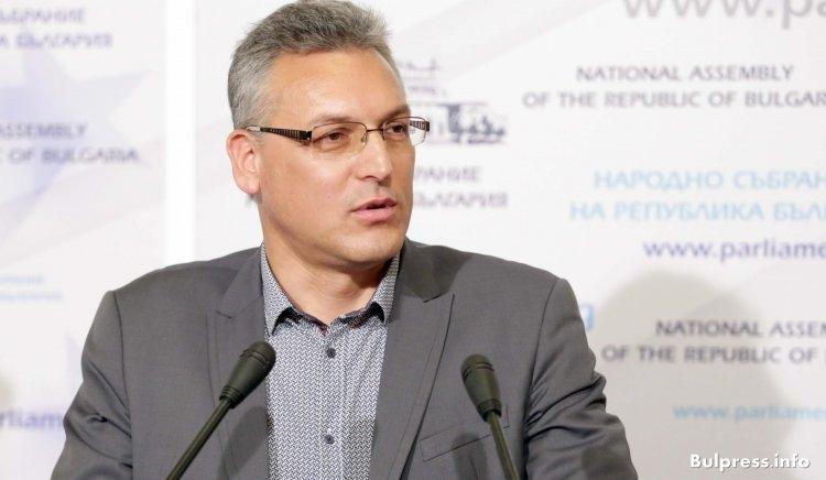 """Винаги сме се борили и ще продължаваме да се борим за справедлива България """"Трябваше да минат изборите и Борисов сурвака българите с 30% увеличение на цените. Това е лицемерие"""", заяви народният представител от """"БСП за България"""" Валери Жаблянов в сутрешния блок на Нова телевизия. Той подчерта, че Борисов е бил премиер, когато КЕВР е намалила цената на газа зимата и сега изведнъж ги увеличават с 30%, за да увеличат всички други цени. Според него тази цена по никакъв начин не отразява поскъпването на самото гориво, а трябва да покрие загубите на държавното дружество """"Булгаргаз"""", което е в ужасно финансово състояние. Жаблянов попита кой носи отговорност за него и посочи, че от """"Булгаргаз"""" се краде. """"Може ли някой да обясни дефицита на това дружество? В предишния парламент имаше комисия, която се занимаваше с тежкото състояние на енергетиката и председател беше Валери Симеонов. Къде е той сега да обясни защо се увеличават цените?"""", продължи с въпросите народният представител. Жаблянов коментира, че десницата в парламента има мнозинство да състави правителство и не разбира защо се обръщат към БСП. """"Единствената лява партия е БСП. Вотът на избирателите е напълно ясен. Но ако Борисов не успее, БСП ще се опита да състави кабинет"""", каза още той. Според него промяната не е била възприета от по-голямата част от хората. """"България не е подготвена. Искаме да се промени нашият живот, но да не се променя икономическият модел в страната. Искаме нещата да си бъдат така, както всеки ден около нас, но да отидем на друго качеството на живот. Много трудно ще стане това"""", категоричен е депутатът от левицата. Но е на мнение, че няма да мине много време и ще се разбере. """"Моделът на Борисов катастрофира и трябва да търси нови варианти в социално-икономически план за развитие на страната и да направи пълна ревизия на собствената си политика от последния кабинет"""", уточни той. Народният представител заяви, че още не е получена покана от ГЕРБ за преговори между двете партии, но припомни решение н"""