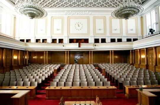 """Народните представители, излъчени на изборите на 26 март, се събират за пръв път днес. Президентът Румен Радев насрочи с указ първото заседание на новоизбрания парламент за 19 април. В 44-ия парламент влизат пет партии - ГЕРБ (95 депутати), БСП (80), Обединени патриоти (27), ДПС (26) и воля (11). Първото заседание ще открие най-възрастният депутат – журналистът Тома Томов от """"БСП за България"""". Първите действия на новоизбраните депутати са определени от конституцията. На първото заседание те полагат клетва да спазват конституцията и законите на страната и във всичките си действия да се ръководят от интересите на народа. След това народните представители подписват клетвени листове. Предвижда се заседанието да започне с химна на България и химна на Европейския съюз. Очаква се изявления да направят представители на парламентарно представените партии и коалиции. След това заседанието продължава с избор на председател на 44-тото Народно събрание. Той поема ръководството на парламента. Очаква се новият """"пръв между равни"""" да бъде Димитър Главчев от ГЕРБ. По професия той е икономист. Като негови заместници се спрягат Цвета Караянчева (ГЕРБ), Валери Жаблянов (БСП за България), Нигяр Джафер (ДПС), Явор Нотев (Обединени патриоти). Това е първият парламент, в който ще има толкова малко юристи - досега те винаги са били голяма част от народните представители. В настоящото НС обаче те ще бъдат едва 27. За сметка на това в 44-то Народно събрание няма да липсват генерали - те ще са четирима. От БСП влиза бригаден генерал Кольо Милев, бивш командир на 61 Стрямска механизирана бригада - танковата бригада в Карлово. ДПС ще се представи с бившия шеф на отбраната ген. Симеон Симеонов. ГЕРБ се представя с цели двама генерала - висшият морски офицер вицеадмирал Пламен Манушев и също бивш шеф на отбраната ген. Константин Попов. Към бройката генерали в Народното събрание трябва да се прибави и генерал Бойко Борисов, но предвид факта, че той ще е за пореден трети път министър-председател, в п"""