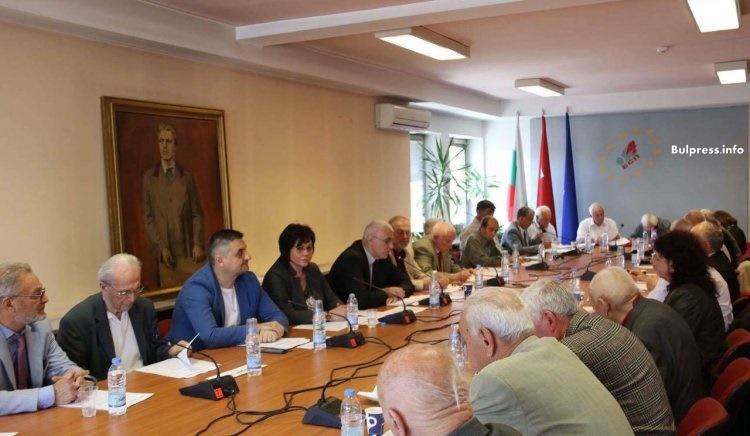 Корнелия Нинова към ветераните в БСП: Правим промяна без да късаме връзката между поколенията