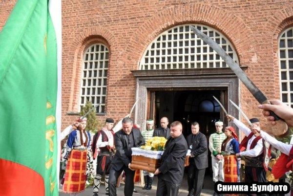 Изпратиха днес Стефан Шарлопов в последният му земен път