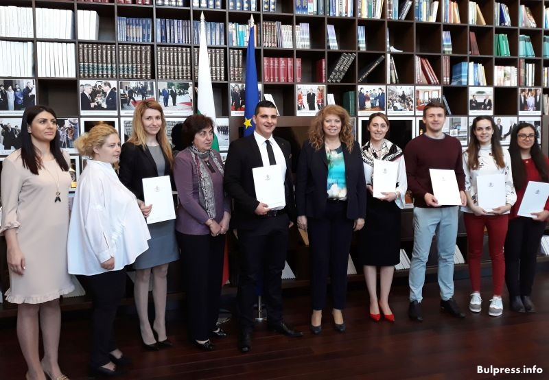 Вицепрезидентът Илияна Йотова връчи сертификати на бъдещи юристи