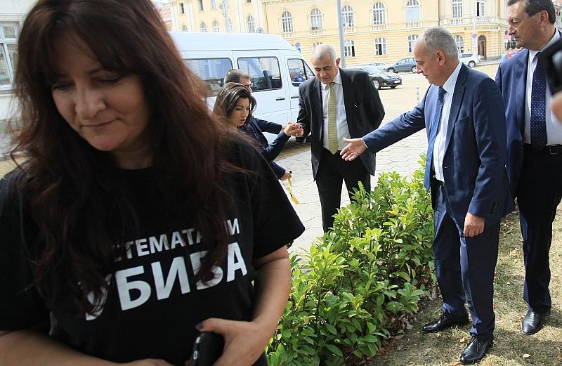Майка: Изумена съм от Десислава Атанасова, обеща да дойде на палатката, но не го направи