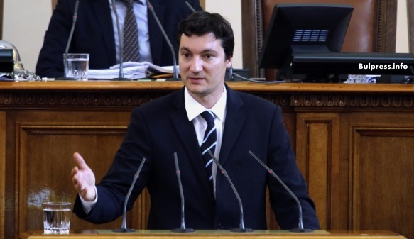 """Крум Зарков: Управляващите законодателстват на принципа """"джаста- праста"""""""