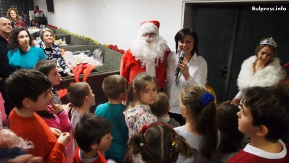 Корнелия Нинова бе домакин на коледно парти за деца