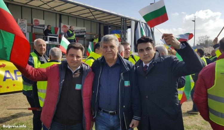 Народните представители от БСП Димитър Данчев и Манол Генов подкрепиха протеста на българските транспортни фирми в Страсбург