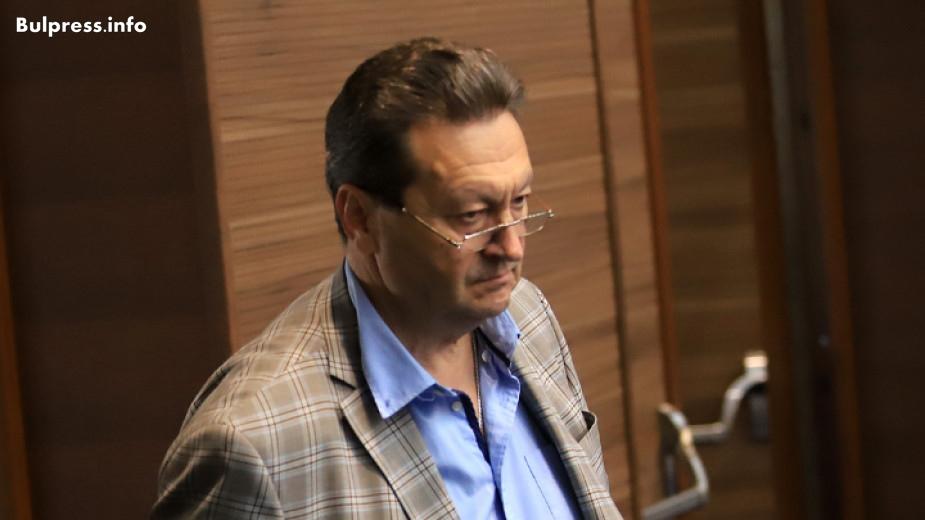 """""""Няма законодателна инициатива на Министерството на енергетиката през този мандат на парламента. То е абдикирало от своите задължения за законодателни промени или пък се крие от обществени обсъждания и мнението на специалистите."""" Тази позиция изрази пред БНР депутатът от БСП Таско Ерменков. """"Министерството абсолютно е абдикирало от своята роля в регулирането на обществените отношения в този сектор"""", смята той. Проблемите в енергетиката според Ерменков се решават като """"дърпаме една парченце от късото одеяло на енергетиката да покрием критичен участък, който днес сме идентифицирали и в същото време, понеже одеялото е късо, откриваме друг участък"""". Най-порочният начин да се правят законови промени е те да се вкарват между първо и второ четене – така се избягва обществено обсъждане, привличането на специализирани организации и заинтересовани лица. За специфична област като енергетиката това е още по-неприемливо, заяви Ерменков. """"Революционното"""" предложение на Рамадан Аталай НЕК да престане да бъде обществен доставчик е абсурдно, подчерта Таско Ерменков. """"Абсурдно е потребителите на дребно да излязат на пазара от догодина. Ако някой се опита да каже нещо противно, той или не разбира от енергетика, или се опитва да я разруши"""", коментира Ерменков в предаването """"Преди всички"""". Стратегия за устойчиво енергийно развитие по думите му би включвала """"всички онези аспекти, които се опитват да бъдат решени от управляващите в момента на парче"""". Тази стратегия според Ерменков трябва да разписва ясни цели, критерии и времеви хоризонти – """"нещо, което в момента липсва"""". Интервюто чуйте в звуковия файл."""