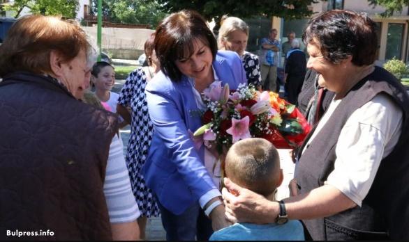 Жители на с. Баня посрещнаха Корнелия Нинова на площада