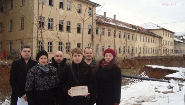 Младежите на БСП изпратиха 130-годишна тухла на Красимир Каракачанов