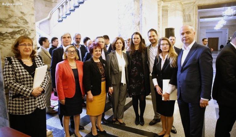 """Евродепутатите от """"БСП за България"""" получиха удостоверенията си от ЦИК"""
