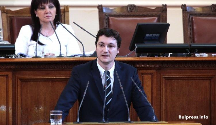 Крум Зарков: Въртим се в кръг, а големите проблеми остават извън парламента